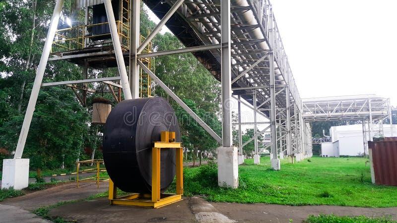 Długi konwejeru pasek w rolce dla odtransportowywać drewnianego układ scalonego brai i papieru plan zdjęcie stock