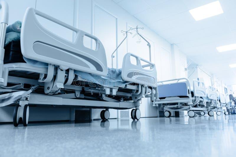 Długi korytarz w szpitalu z chirurgicznie łóżkami obrazy royalty free