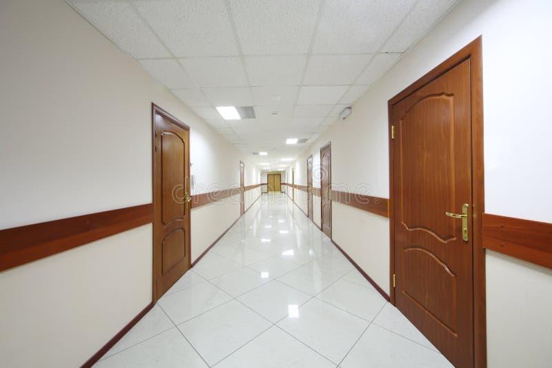 Długi korytarz z drewnianymi drzwiami zdjęcia stock