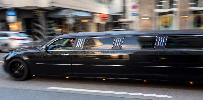 Długi luksusowy limuzyny mknięcie w mieście zdjęcia stock