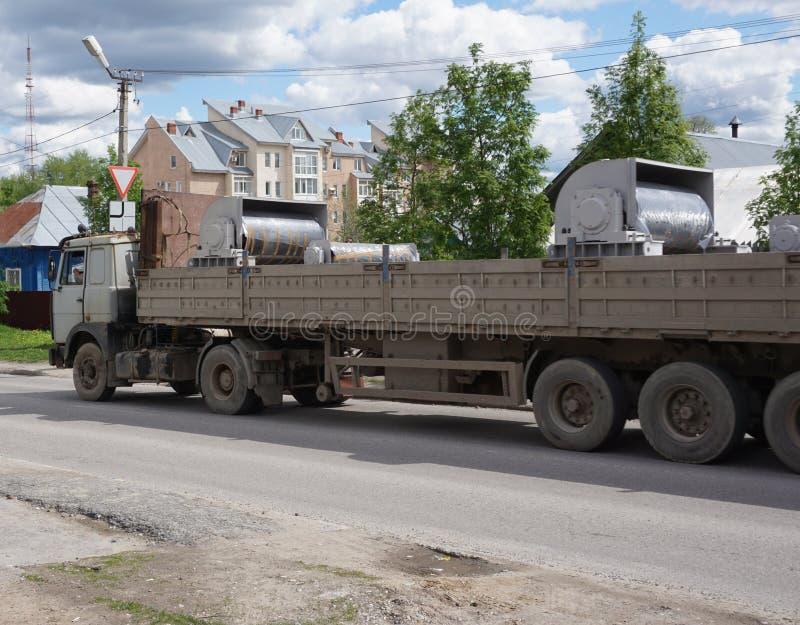 Długi naczepa z otwartym wierzchołek ciężarówki ładunkiem fotografia royalty free