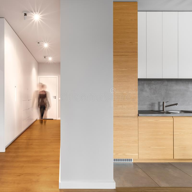 Długi nowożytny korytarz obok kuchni obraz royalty free