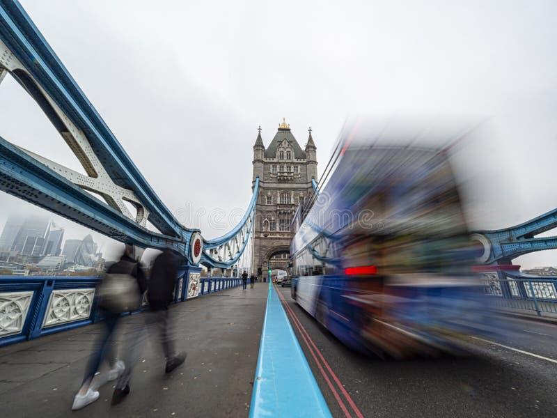 Długi obraz ruchu na Tower Bridge w Londynie fotografia royalty free