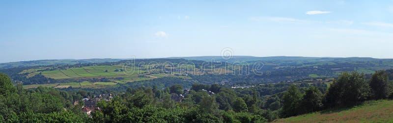 Długi panoramiczny sceniczny widok zachód - Yorkshire wieś z wioską luddenden przy dnem Calder dolina zdjęcie royalty free