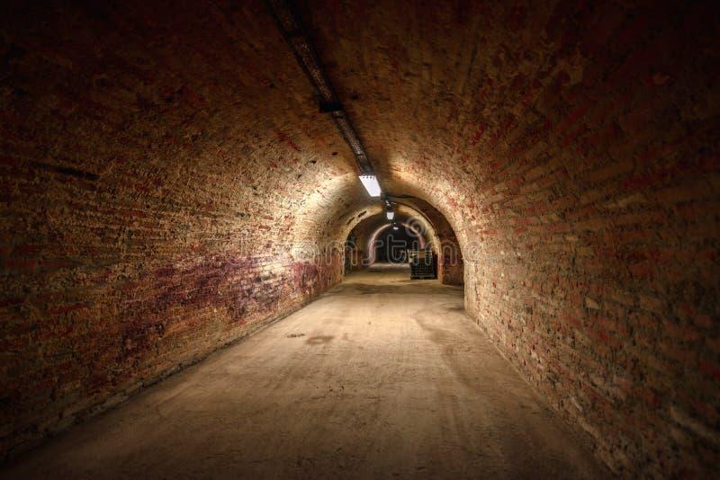 Długi podziemny ceglany tunelowy kąta strzał zdjęcia stock