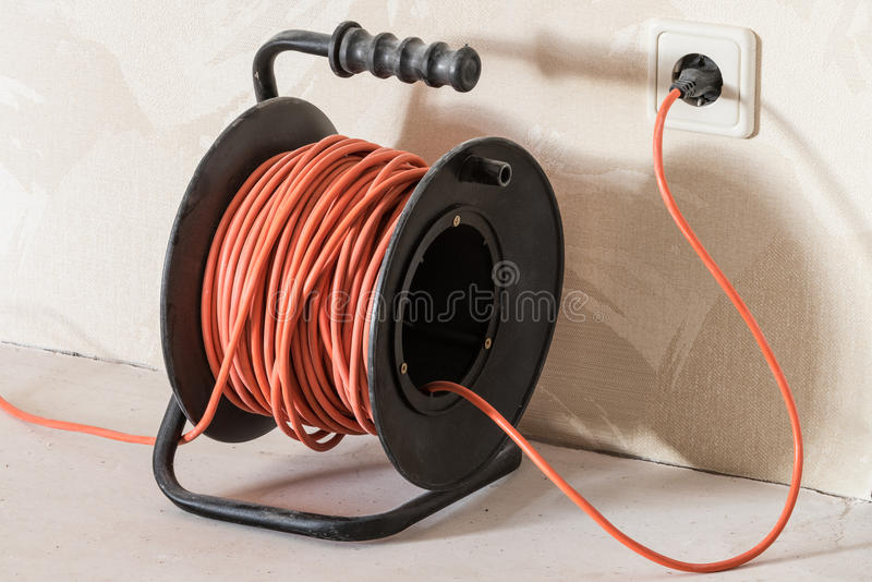 Długi pomarańczowy elektryczny rozszerzenie sznur fotografia stock