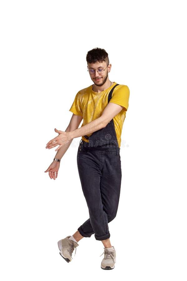 Długi portret śmieszny faceta taniec w studiu odizolowywającym na białym tle obraz royalty free