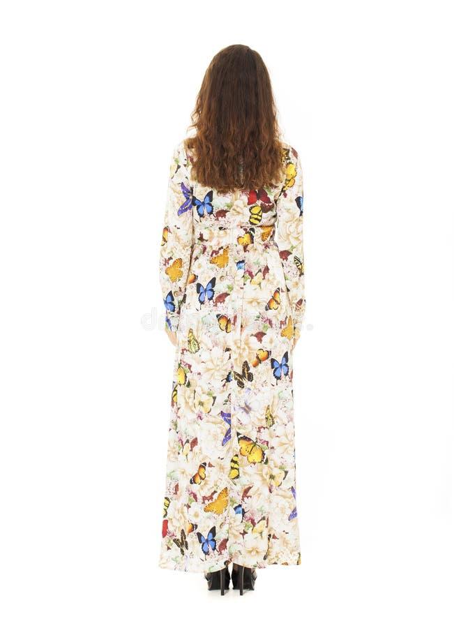 Długi portret kobieta w długiej sukni z motylami i kwiatami zdjęcie royalty free