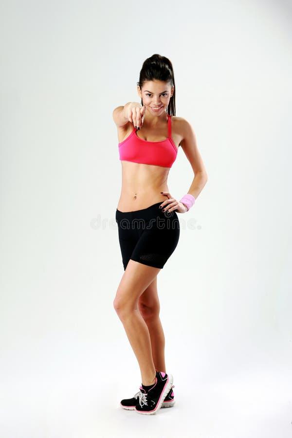Długi portret młoda szczęśliwa sport kobieta wskazuje na tobie obrazy stock