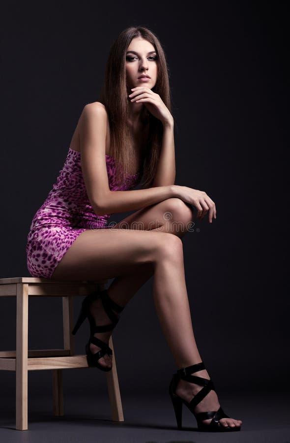 Długi portret piękna brunetki młoda kobieta siedzi o obrazy stock