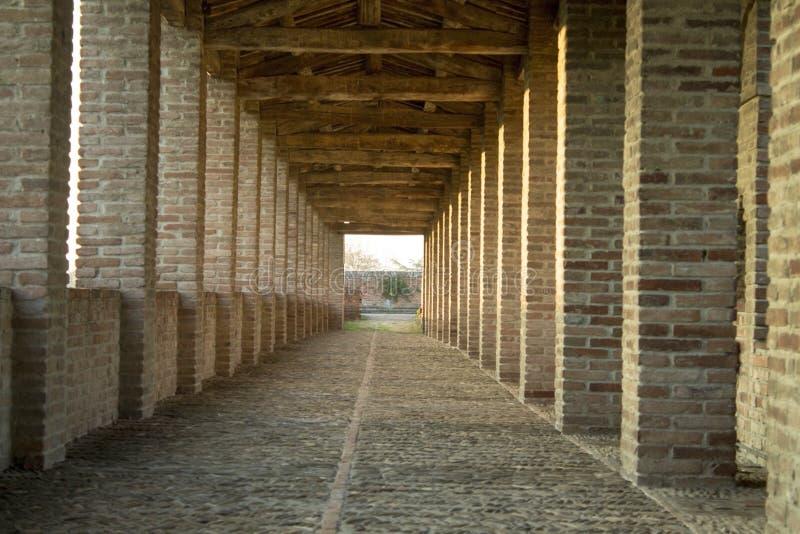 Długi przyklasztorny w starym kasztelu zdjęcie stock