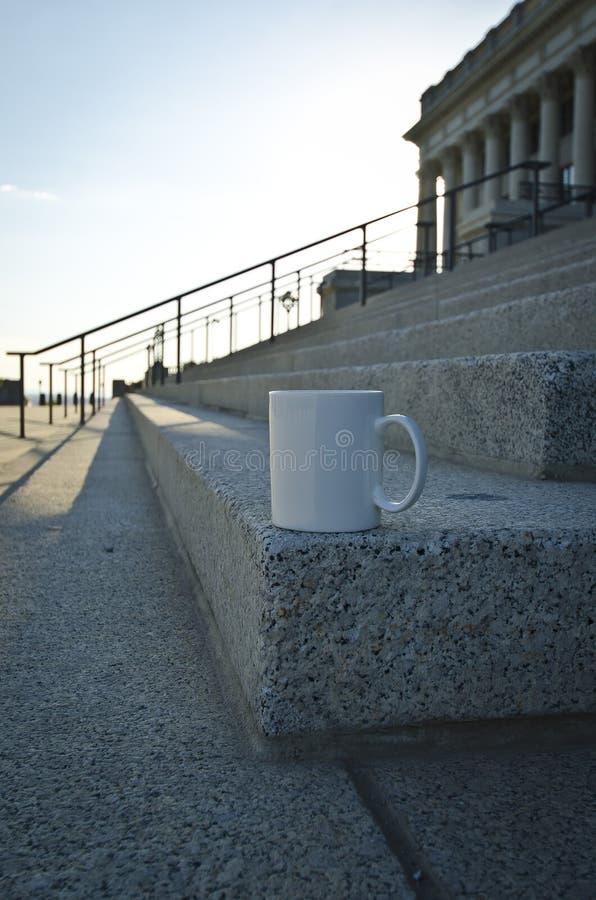 Długi pusty biały kawowy kubek na kącie capitol kroki zdjęcia stock