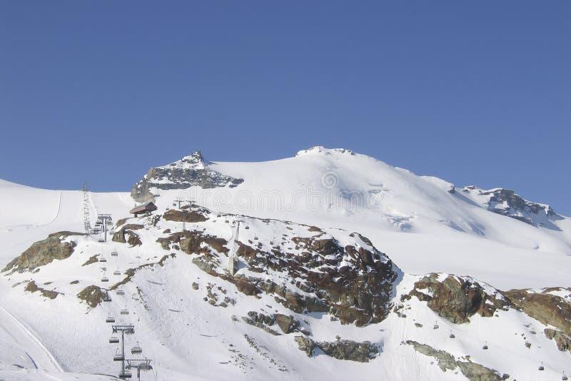 Długi ropeway powietrzny narciarski dźwignięcie w wysokogórskim kurorcie obrazy royalty free