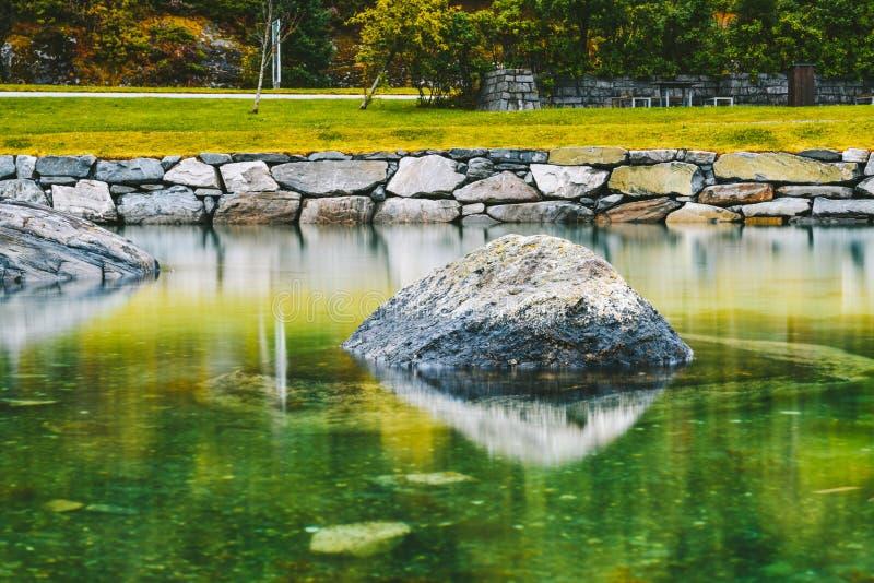 Długi rzut kamienia w wodzie zdjęcia stock