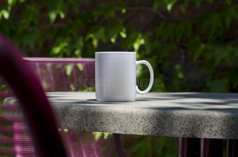 Długi solo pusty biały kawowy kubek na parkowym stole fotografia royalty free