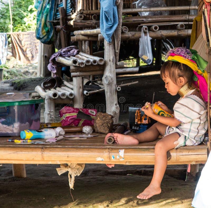 Długi szyi plemienia małej dziewczynki bawić się zdjęcia royalty free