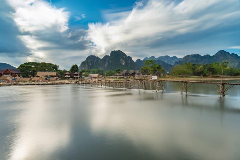 Długi ujawnienia drewna most na nawa pieśniowej rzece w Vang vieng, Laos obrazy stock