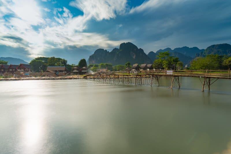 Długi ujawnienia drewna most na nawa pieśniowej rzece w Vang vieng, Laos obrazy royalty free