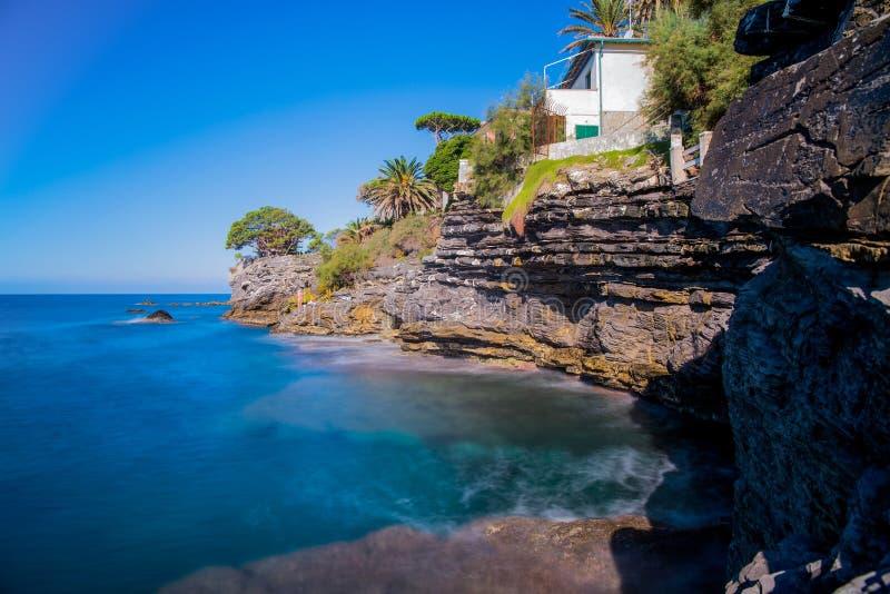 Długi ujawnienia seascape w pięknym słonecznym dniu w lecie w ligurian wybrzeżu genuy prowincja, Włochy zdjęcie royalty free