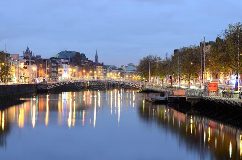 Długi ujawnienie brzęczenia ` centu most przy nocą Rzecznym Liffey w Dublin, Irlandia zdjęcia stock