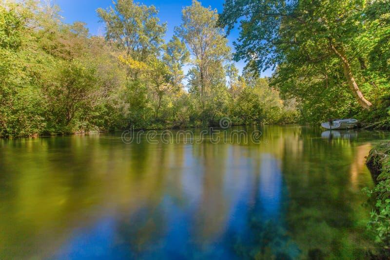 Długi ujawnienie Cetina rzeka w Omis Almissa, Chorwacja, Europa z zielenią, wodą, rzeką, niebem, błękitem boat// obrazy stock