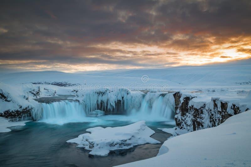 Długi ujawnienie Godafoss przy półmrokiem na zimnym islandic zima dniu fotografia stock