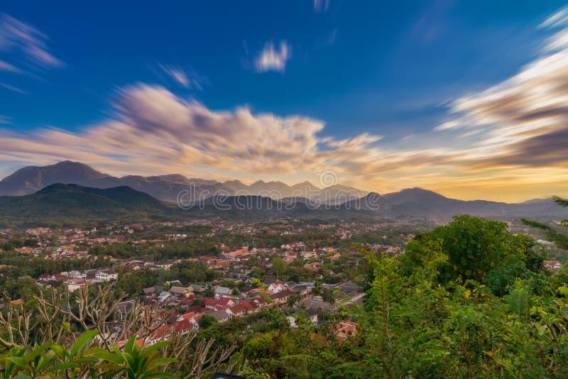 Długi ujawnienie krajobraz dla punktu widzenia przy zmierzchem w Luang Prabang fotografia stock