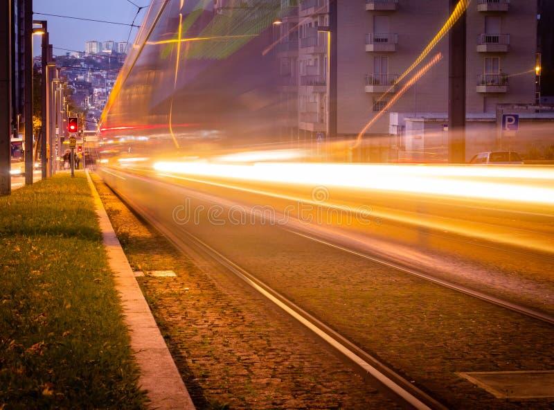 Długi ujawnienie metra metra Tramwajowy omijanie Obok w Porto, Portugalia Wieczór, noc, światło poręcz zdjęcia royalty free