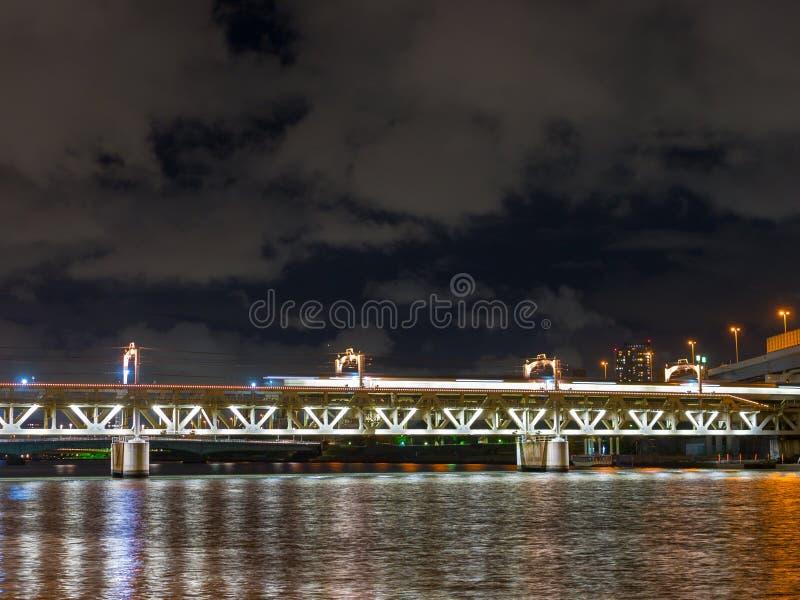 Długi ujawnienie obrazek pociąg na moscie nad Sumida rzeką, Asakusa, Tokio, Japonia obrazy royalty free