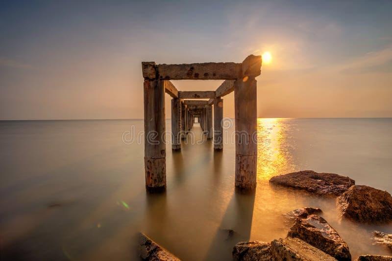 Długi ujawnienie obrazek zaniechany stary jetty z chmurnym przedtem fotografia royalty free
