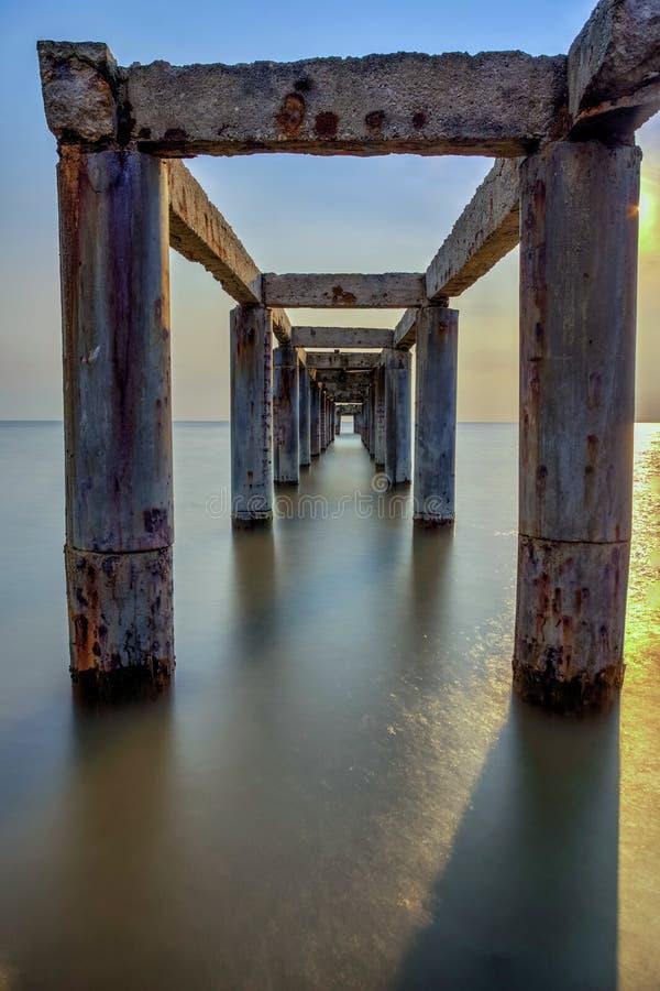 Długi ujawnienie obrazek zaniechany stary jetty z chmurnym przedtem zdjęcie royalty free