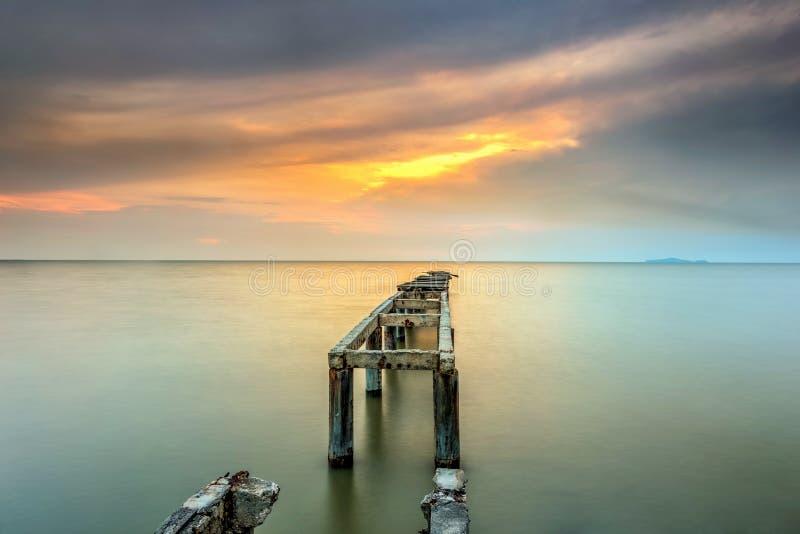 Długi ujawnienie obrazek zaniechany stary jetty z chmurnym przedtem zdjęcia royalty free