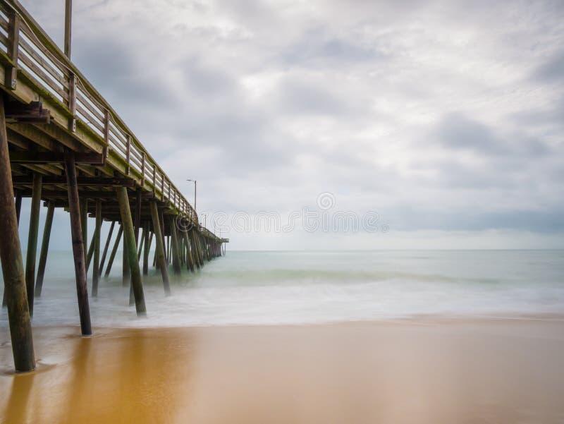 Długi ujawnienie połowu molo Atlantyk ocean w Virginia plaży i, Virginia obraz royalty free