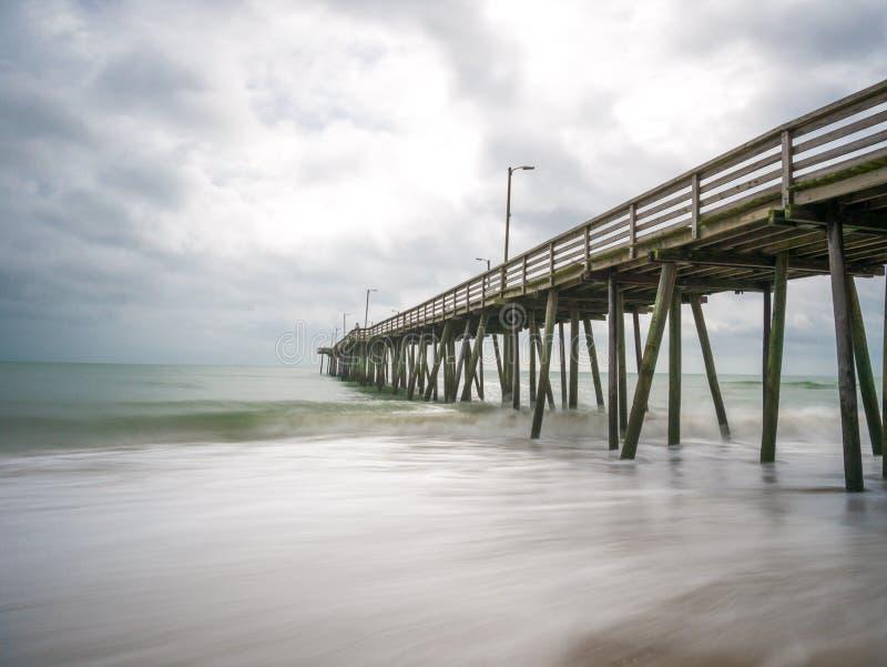 Długi ujawnienie połowu molo Atlantyk ocean w Virginia plaży i, Virginia zdjęcie stock