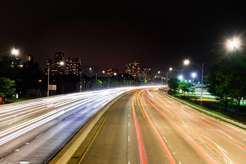 Długi ujawnienie strzał przy nocą przegapia północną obszytą Jeziorną brzeg przejażdżkę w Chicago, Illinois zdjęcia stock