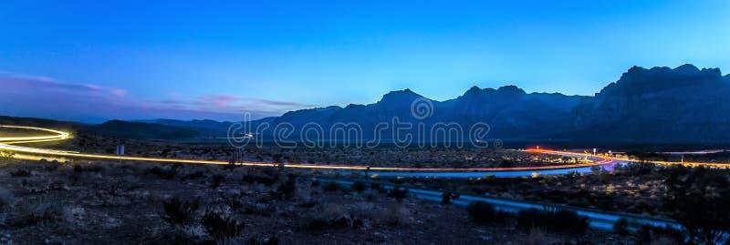 Długi ujawnienie strzał przy zmierzchem w czerwieni skały jarze blisko lasów Vegas zdjęcie royalty free