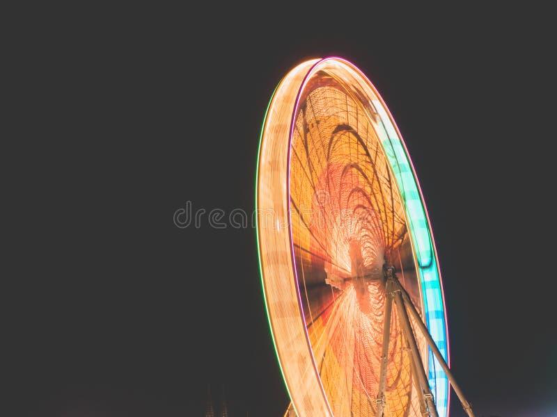 Długi ujawnienie strzelał Duży koło na zabawa jarmarku przy nocą obraz stock