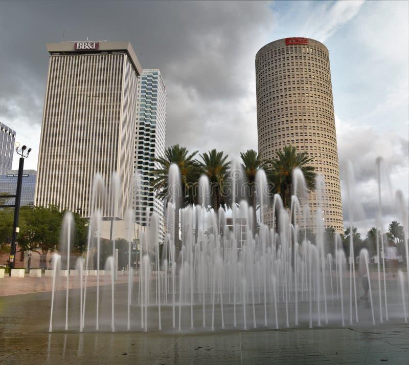 Długi ujawnienie używa gradientowego filtr pokazuje fotografię Tampa drapacze chmur zdjęcia stock