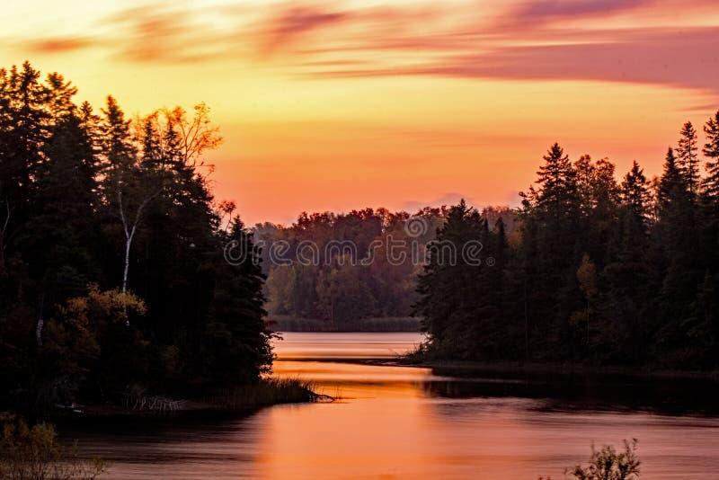 Długi ujawnienie Uwydatniający przedświtu światłem Przy Wyspa jeziorem zdjęcie stock
