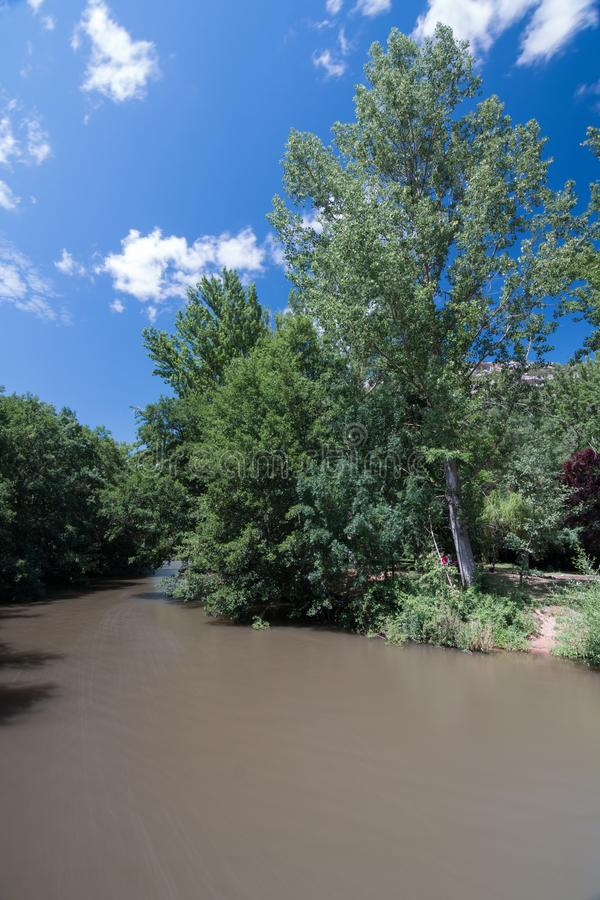 Długi ujawnienie wizerunek Ebro rzeczny jar w prowincji Burgos Hiszpania z przepływem woda z jedwabniczą afekcją, obrazy stock