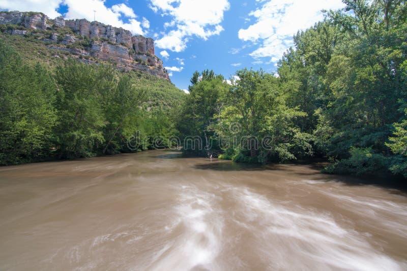 Długi ujawnienie wizerunek Ebro rzeczny jar w prowincji Burgos Hiszpania z przepływem woda z jedwabniczą afekcją, fotografia stock