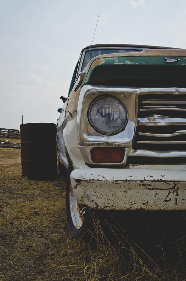 Długi widok zielona ciężarówka na starym gospodarstwie rolnym zdjęcie royalty free