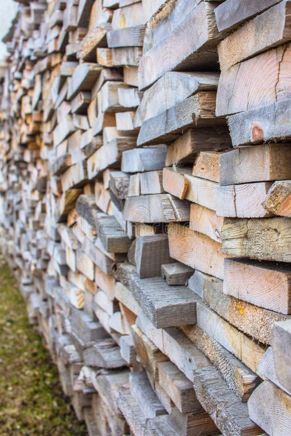Długich desek sterty wysocy materiały budowlani obraz stock