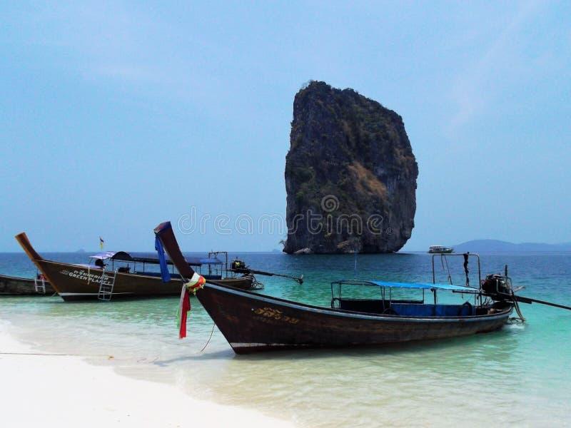 Długie łodzie na Tajlandia plaży obrazy royalty free