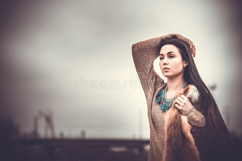 Długie włosy brunetki dziewczyna plenerowa z starym przemysłowym widokiem behind, zbożowy skutek fotografia stock