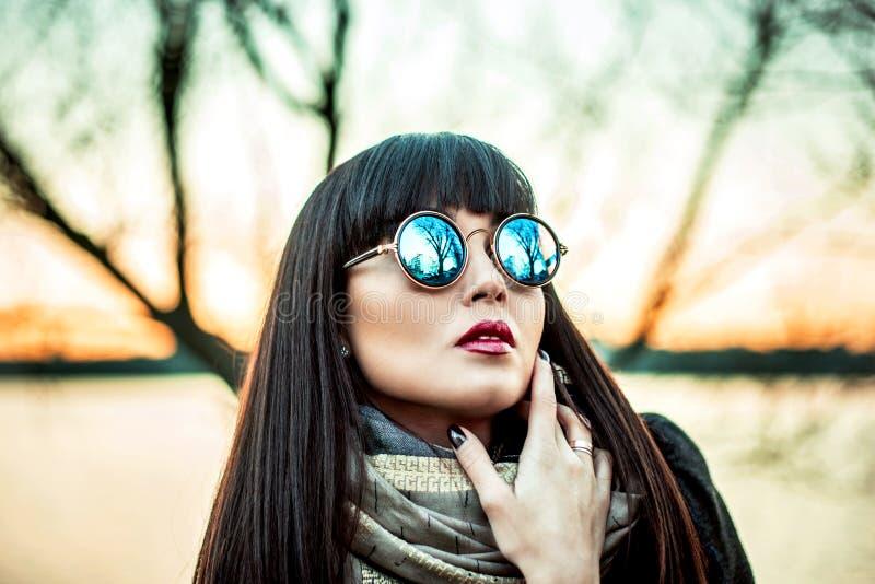 Długie włosy brunetki gira w okularach przeciwsłonecznych plenerowych obraz royalty free