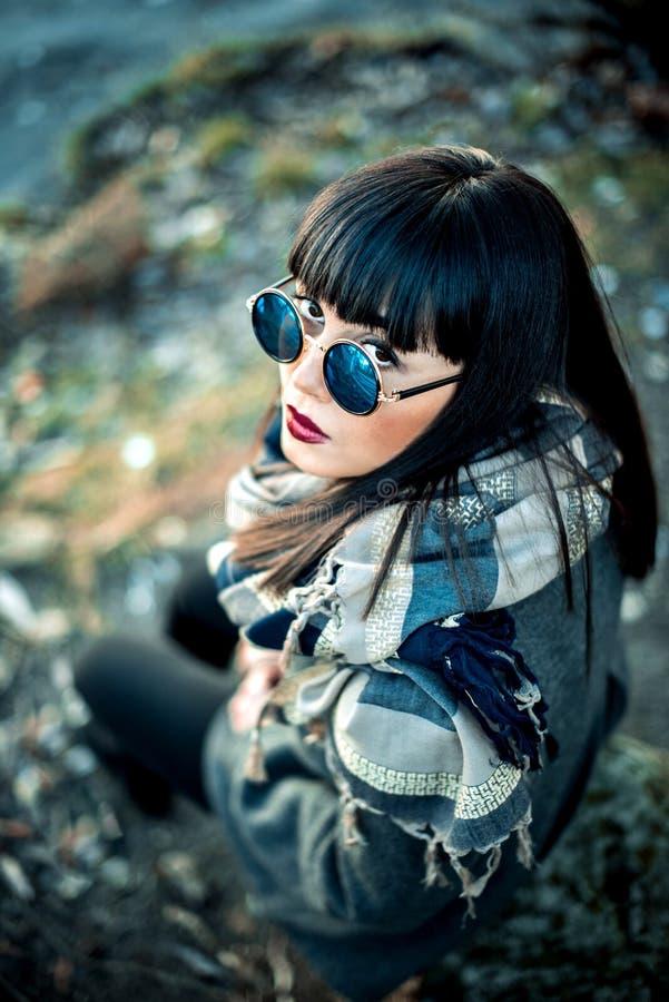 Długie włosy brunetki gira w okularach przeciwsłonecznych plenerowych fotografia royalty free