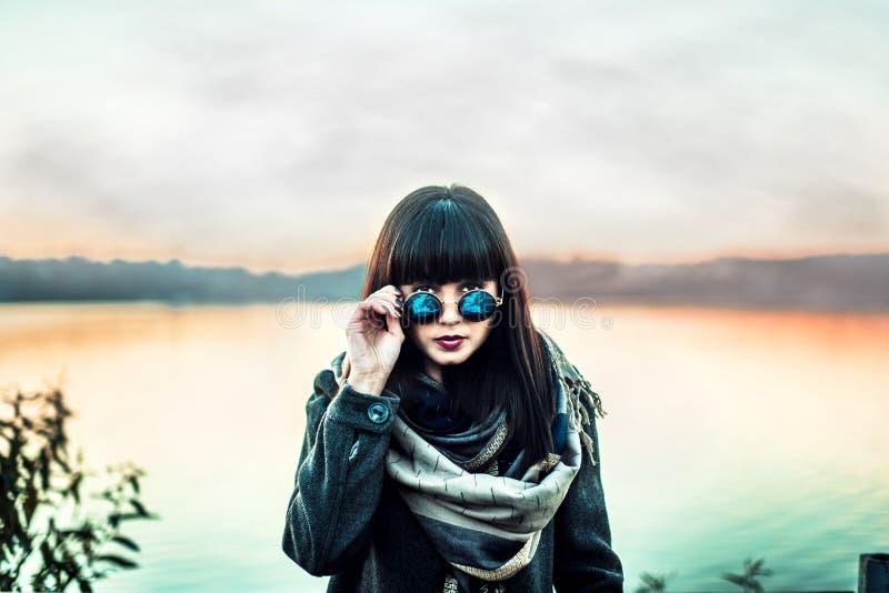 Długie włosy brunetki gira w okularach przeciwsłonecznych plenerowych zdjęcia royalty free