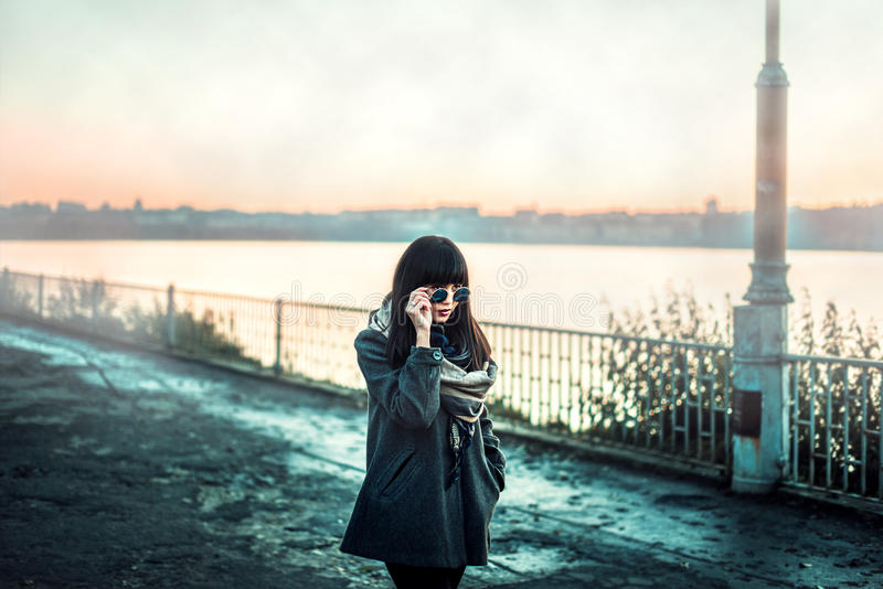 Długie włosy brunetki gira w okularach przeciwsłonecznych plenerowych fotografia stock