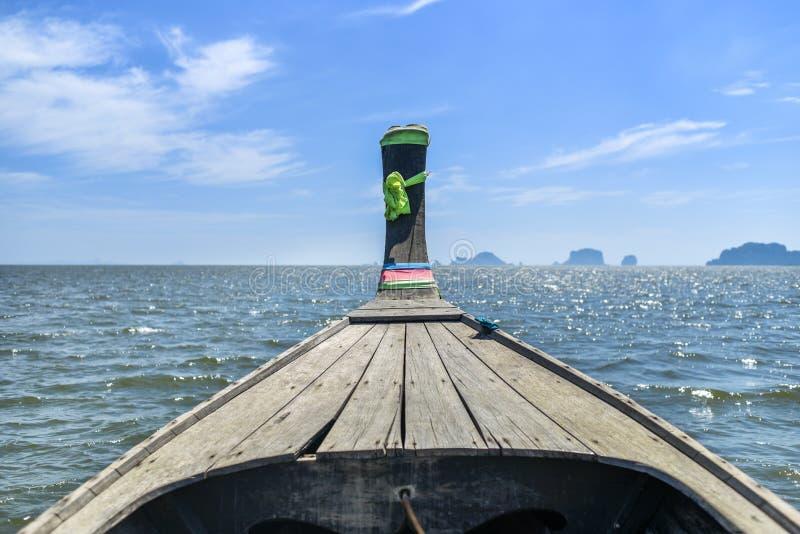 Długiego ogonu łódź na Andaman morzu unosi się na wodzie, widok od b obrazy stock